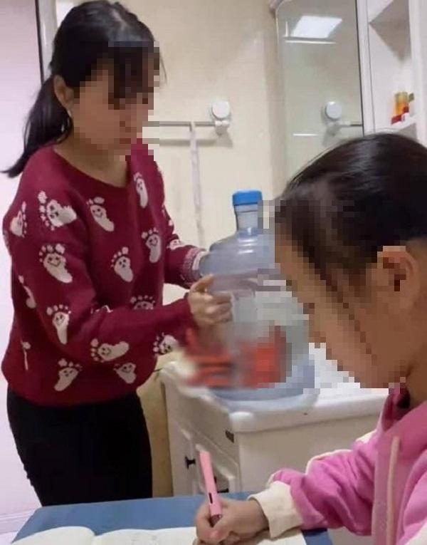 Chuyển chỗ học của con gái vào nhà vệ sinh, bà mẹ khiến cư dân mạng tranh cãi dữ dội - Ảnh 2