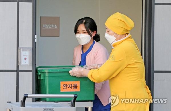 Học sinh Hàn Quốc mặc đồ bảo hộ, tự tin bước vào kỳ thi đại học khốc liệt - Ảnh 5
