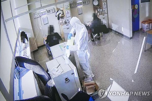 Học sinh Hàn Quốc mặc đồ bảo hộ, tự tin bước vào kỳ thi đại học khốc liệt - Ảnh 4