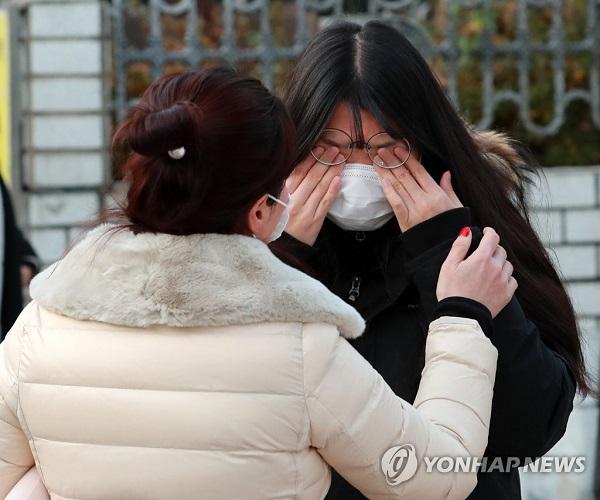 Học sinh Hàn Quốc mặc đồ bảo hộ, tự tin bước vào kỳ thi đại học khốc liệt - Ảnh 9