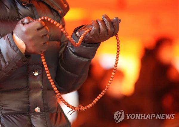 Học sinh Hàn Quốc mặc đồ bảo hộ, tự tin bước vào kỳ thi đại học khốc liệt - Ảnh 7
