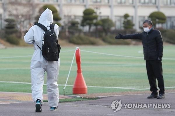 Học sinh Hàn Quốc mặc đồ bảo hộ, tự tin bước vào kỳ thi đại học khốc liệt - Ảnh 3