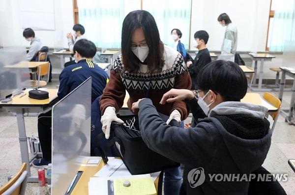 Học sinh Hàn Quốc mặc đồ bảo hộ, tự tin bước vào kỳ thi đại học khốc liệt - Ảnh 1