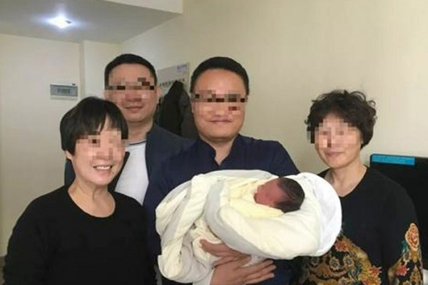 Sự thật bất ngờ chuyện đôi vợ chồng qua đời do tai nạn, con trai họ vẫn bình an chào đời sau 4 năm - Ảnh 1