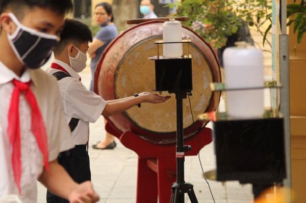 Học sinh các trường trên địa bàn Hà Nội phải đeo khẩu trang từ nhà tới trường - Ảnh 1