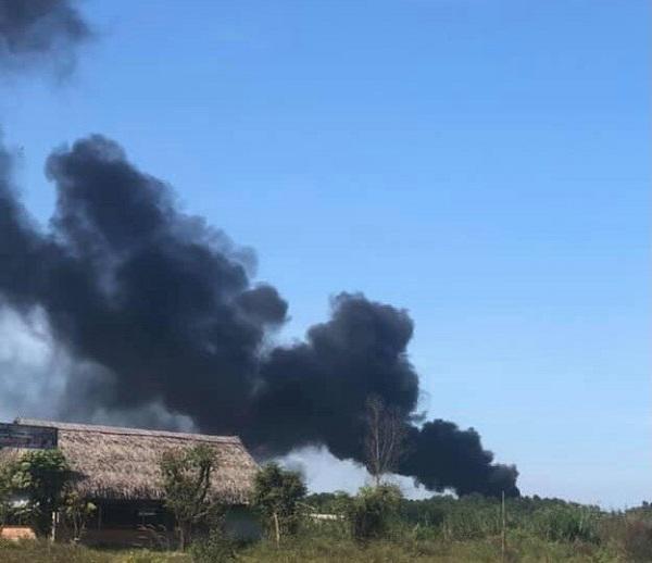 Kho phế liệu 1.000m2 bốc cháy ngùn ngụt, cột khói bốc cao hàng trăm mét - Ảnh 1