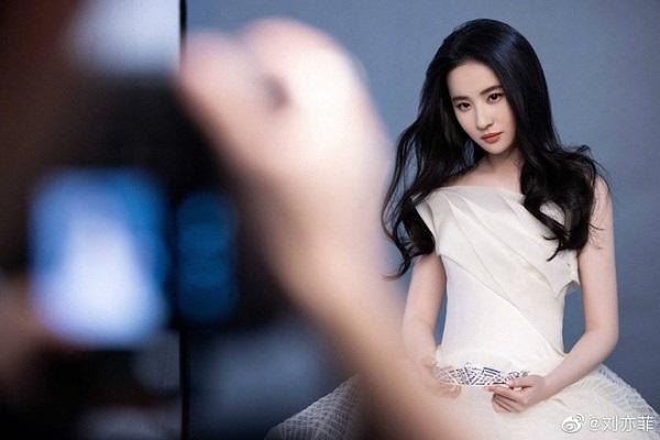 """Lưu Diệc Phi tái xuất với loạt ảnh mới, nhan sắc đỉnh cao xứng danh """"thần tiên tỷ tỷ"""" - Ảnh 4"""