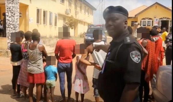 """Hãi hùng bí mật bên trong """"nhà máy sản xuất trẻ em"""" núp bóng phòng khám tư ở Nigeria - Ảnh 1"""