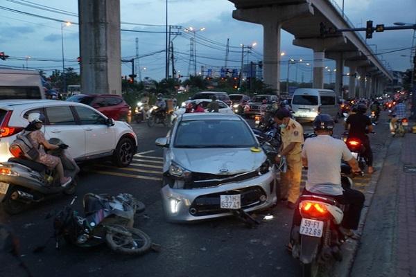 TP.HCM: Ô tô đâm nát nhiều xe máy, 3 người bị thương nặng - Ảnh 1