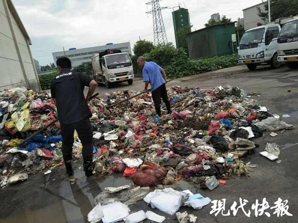 Lục tìm hơn 8 tấn rác, công nhân vệ sinh tìm thấy giấy báo trúng tuyển đại học bị mất cho nam sinh - Ảnh 1