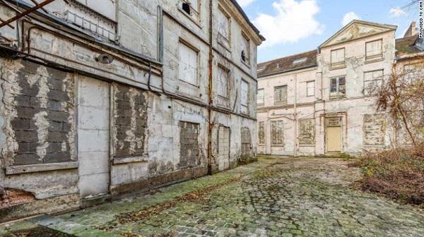 Tìm thấy thi thể bị giấu trong hầm rượu của biệt thự cổ suốt 30 năm - Ảnh 1