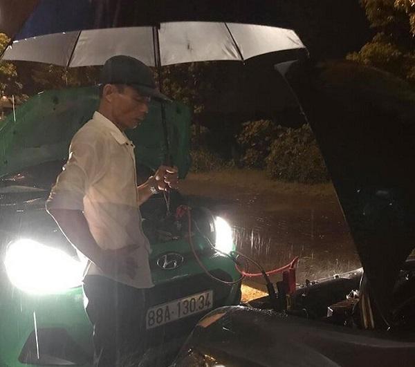 2 lần liên tiếp giúp người gặp chuyện giữa đêm mưa tầm tã, anh tài xế khiến triệu người xúc động - Ảnh 2