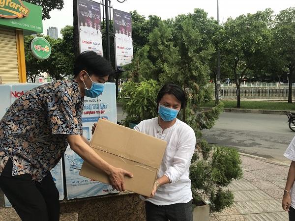 Sau đêm nhạc gây quỹ, đạo diễn Hoàng Nhật Nam gửi gần 6 tỷ đồng ủng hộ Đà Nẵng - Quảng Nam - Ảnh 2
