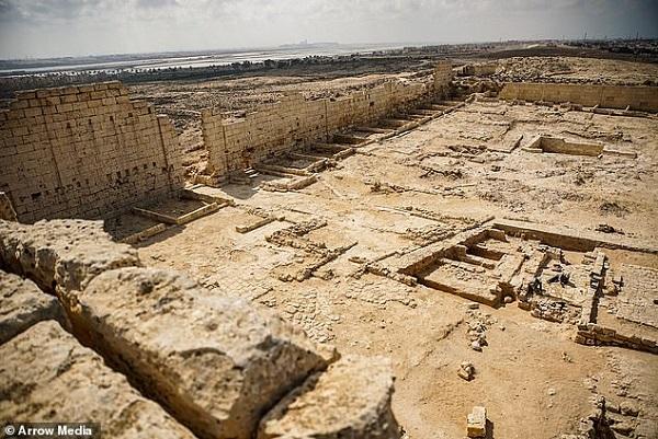 Tìm thấy hai xác ướp phủ kín vàng trong ngôi đền cổ, hé lộ nơi an táng bí mật của nữ vương Ai Cập Cleopatra - Ảnh 2