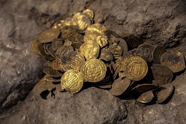 Tìm thấy kho báu 1100 tuổi toàn tiền vàng dưới lòng đất ở Israel - Ảnh 1