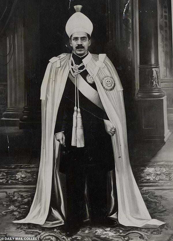 Lạ đời vị quốc vương giàu nhất lịch sử, sở hữu khối tài sản kếch xù nhưng sống tằn tiện đến khó hiểu, mỗi tuần chỉ tiêu đúng 30.000 đồng - Ảnh 4