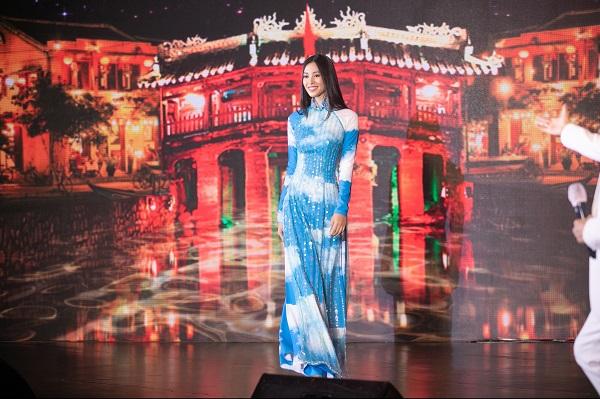 Hoa hậu Tiểu Vy trình diễn áo dài trên bài hát tiếng Quảng của Đàm Vĩnh Hưng - Ảnh 2