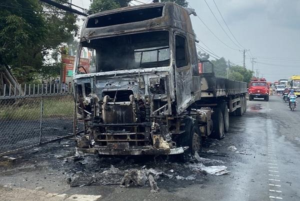 Xe container bốc cháy dữ dội khi đang lưu thông trên quốc lộ 1 - Ảnh 1