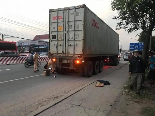 Bình Dương: Nam sinh lớp 9 bị xe container cán tử vong khi đang qua đường - Ảnh 1