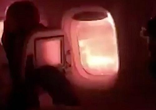 Máy bay cất cánh chưa bao xa, hành khách 'đứng tim' khi thấy lửa bùng lên ngoài cửa sổ - Ảnh 1