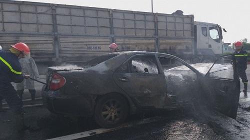 Hà Nội: Xe Camry bốc cháy dữ dội, 4 người may mắn thoát chết - Ảnh 1