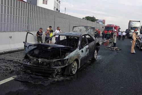 Hà Nội: Xe Camry bốc cháy dữ dội, 4 người may mắn thoát chết - Ảnh 2