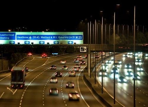 Nhoài người ra của sổ ô tô để quay video, cô gái người Anh ngã nhào xuống đường cao tốc - Ảnh 2