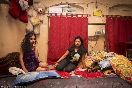 """Những đứa trẻ ở khu phố đèn đỏ lớn nhất Châu Á: Sống như một """"cái bóng"""", tương lai mù mịt - Ảnh 3"""