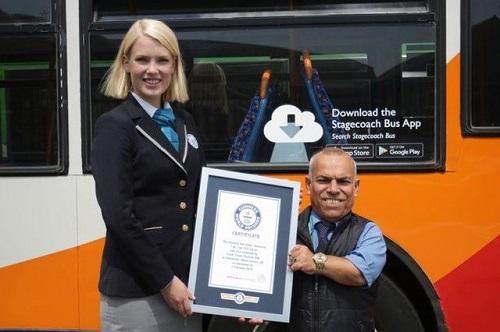 Sở hữu chiều cao 1m36, người đàn ông Iraq trở thành tài xế xe buýt lùn nhất thế giới - Ảnh 1