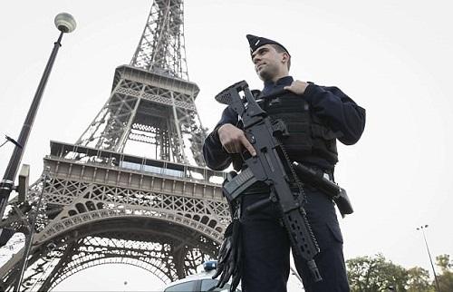 Tháp Eiffel bị dọa đánh bom, hàng trăm người đi sơ tán - Ảnh 1