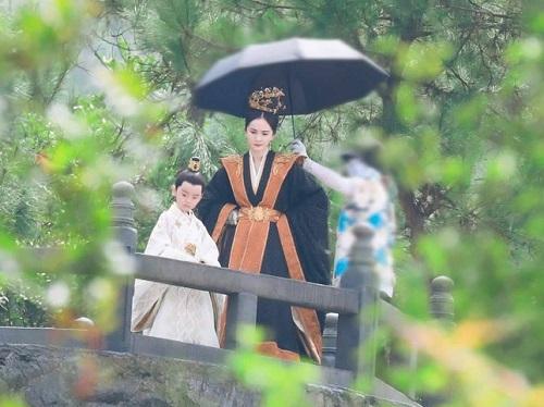 """Lộ diện con trai Dương Mịch trong """"Hộc Châu phu nhân"""", là cậu bé """"đốn tim"""" người xem trong phim đình đám này - Ảnh 1"""