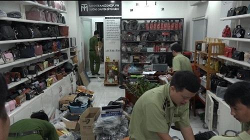"""Phát hiện """"kho vũ khí"""" trong cửa hàng kinh doanh túi xách ở TP.HCM - Ảnh 1"""