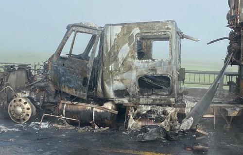 Đang lưu thông trên quốc lộ, xe container bất ngờ bốc cháy dữ dội - Ảnh 1