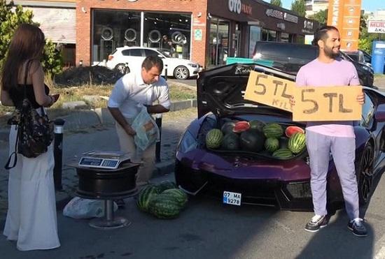 Người đàn ông chạy siêu xe gần 16 tỷ đồng chỉ để đi bán rong dưa hấu - Ảnh 1