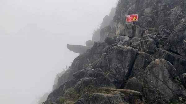 """Hà Giang: Nam du khách trượt chân ngã xuống khe đá từ mỏm đá """"tử thần"""" - Ảnh 1"""
