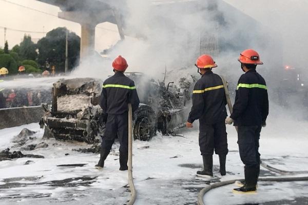TP.HCM: Kinh hoàng cảnh xe container bốc cháy dữ dội trên xa lộ - Ảnh 1