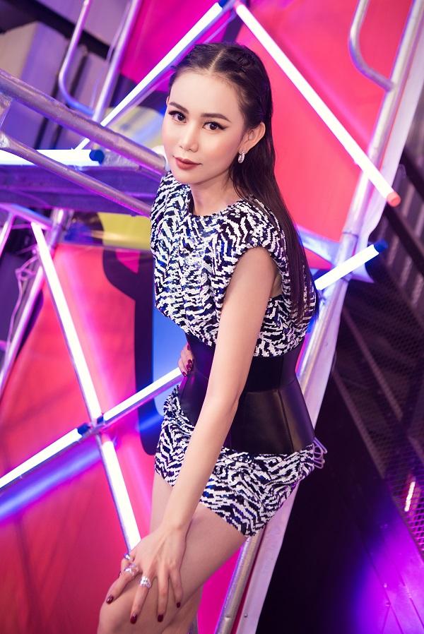 """Đi xem show thời trang, """"Á hoàng đá quý"""" Cao Thùy Trang xinh đẹp hút hồn trong bộ trang phục ấn tượng - Ảnh 2"""