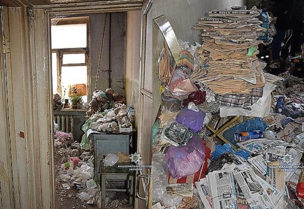 Hãi hùng cảnh tượng trong căn nhà khóa trái của cụ bà 77 tuổi, nhìn đến sofa ai cũng giật mình kinh sợ - Ảnh 1