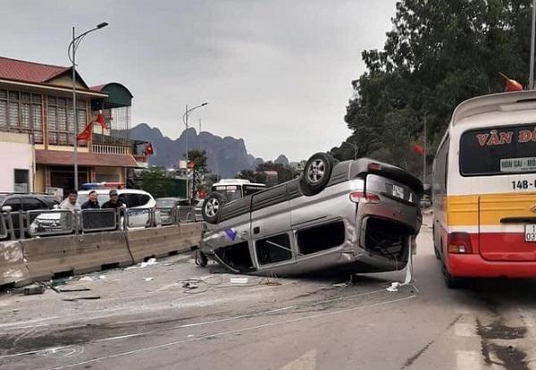Quảng Ninh: Ô tô mất lái lao vào dải phân cách, lật ngửa giữa đường - Ảnh 1