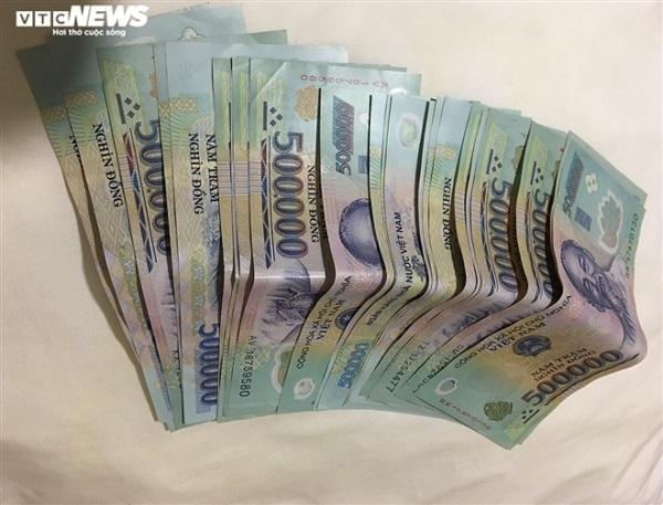Vụ cô gái đi xe máy đánh rơi cọc tiền 30 triệu: Người bán nước trả lại 15 triệu đồng - Ảnh 1