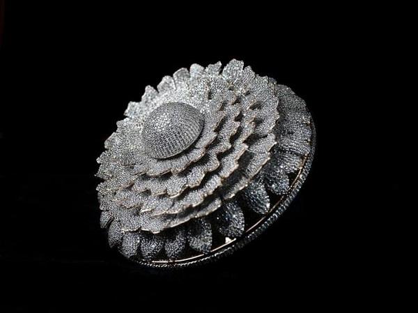 Cận cảnh chiếc nhẫn được đính tới 12.638 viên kim cương lóa mắt người nhìn - Ảnh 1