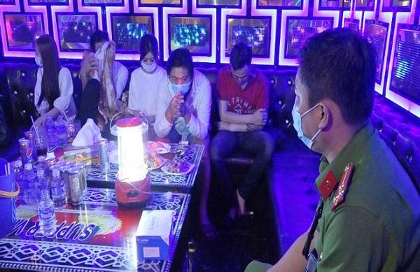 Bến Tre: Đột kích quán karaoke lúc rạng sáng, phát hiện 26 đối tượng dương tính với ma túy - Ảnh 1