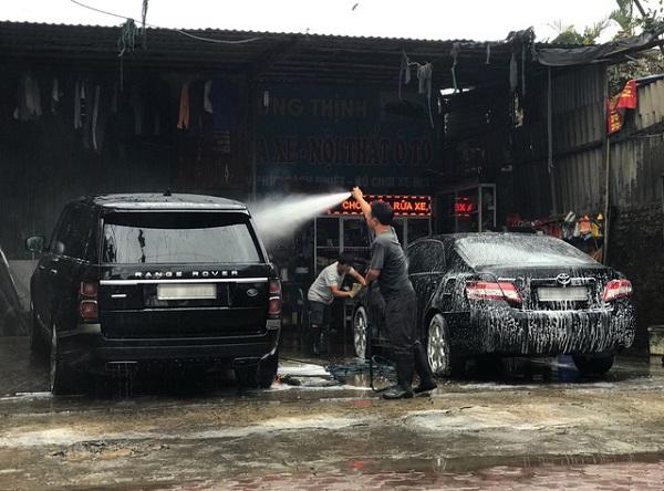 """Hà Nội: Giá rửa xe tăng đến 200 nghìn đồng/lần, khách vẫn """"nườm nượp"""" ra vào - Ảnh 1"""