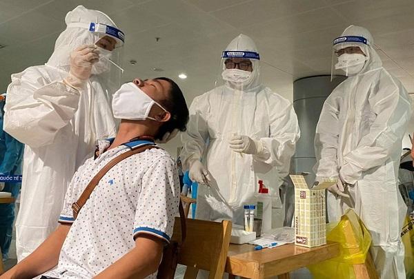 Thêm một nhân viên sân bay Tân Sơn Nhất nghi nhiễm SARS-CoV-2 - Ảnh 1