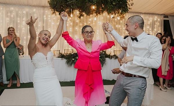 Cặp đôi bất ngờ quay sang cạo trọc đầu nhau ngay trong đám cưới, khách mời từ ngỡ ngàng đến xúc động - Ảnh 1