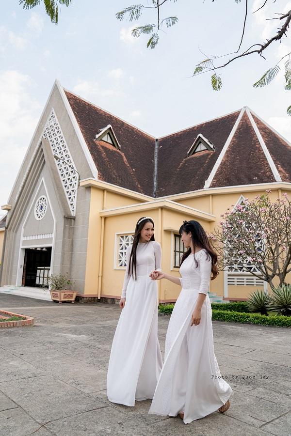 Hiền Thục và chị gái diện áo dài trắng tinh khôi, du xuân ngày đầu năm mới - Ảnh 3