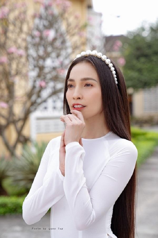Hiền Thục và chị gái diện áo dài trắng tinh khôi, du xuân ngày đầu năm mới - Ảnh 6