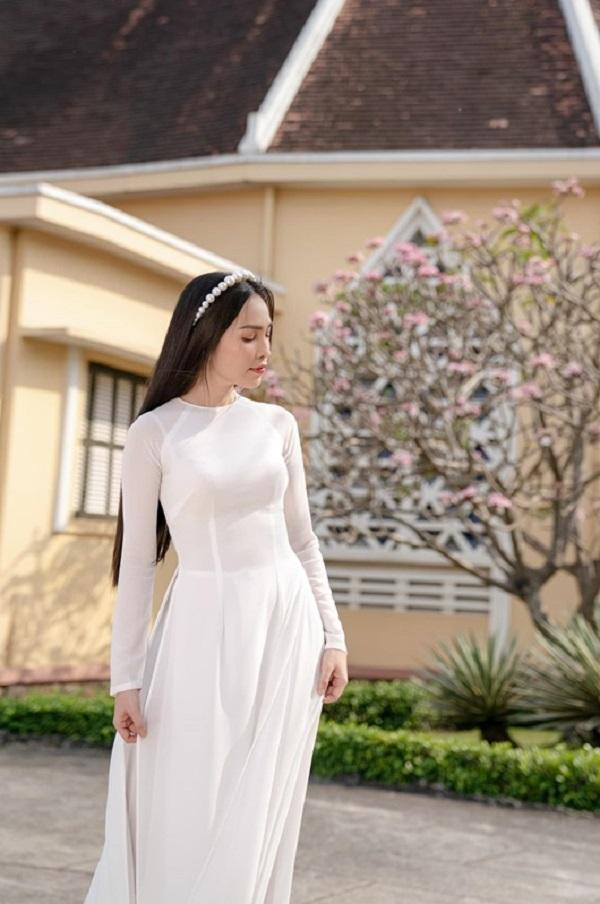 Hiền Thục và chị gái diện áo dài trắng tinh khôi, du xuân ngày đầu năm mới - Ảnh 7