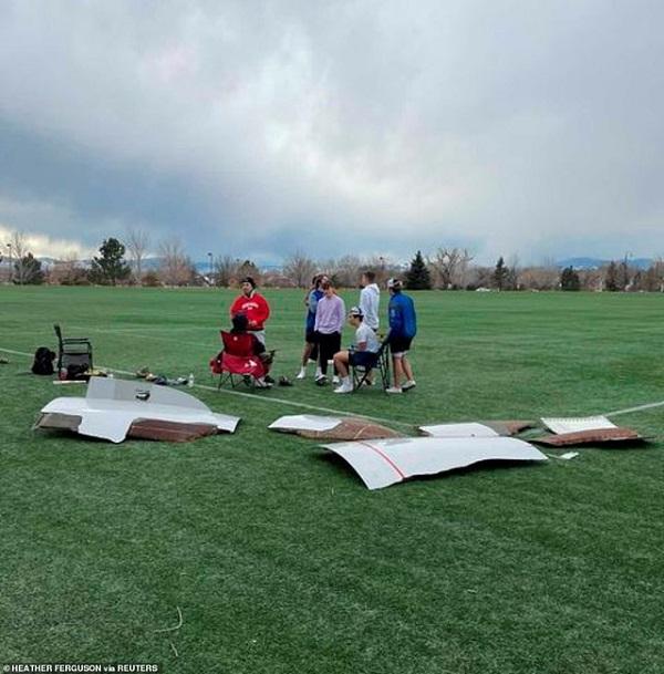 Máy bay bất ngờ gặp sự cố, hàng loạt mảnh vỡ rơi xuống khu dân cư - Ảnh 4