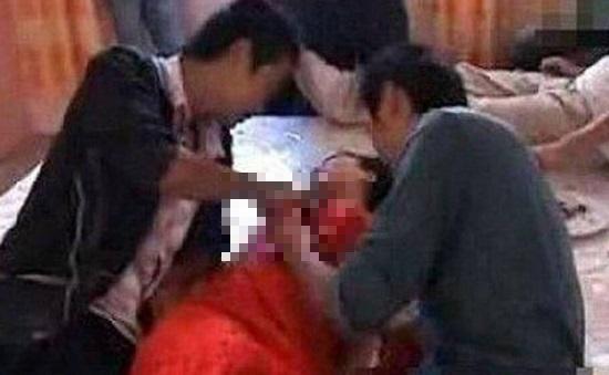 Tỉnh dậy sau cơn say, nàng phù dâu phát hoảng vì thấy 2 người đàn ông nằm cạnh - Ảnh 1